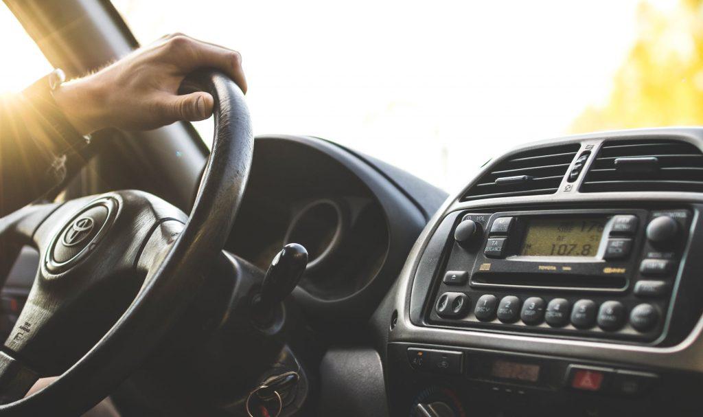 Autoradio installé dans une voiture d'occasion