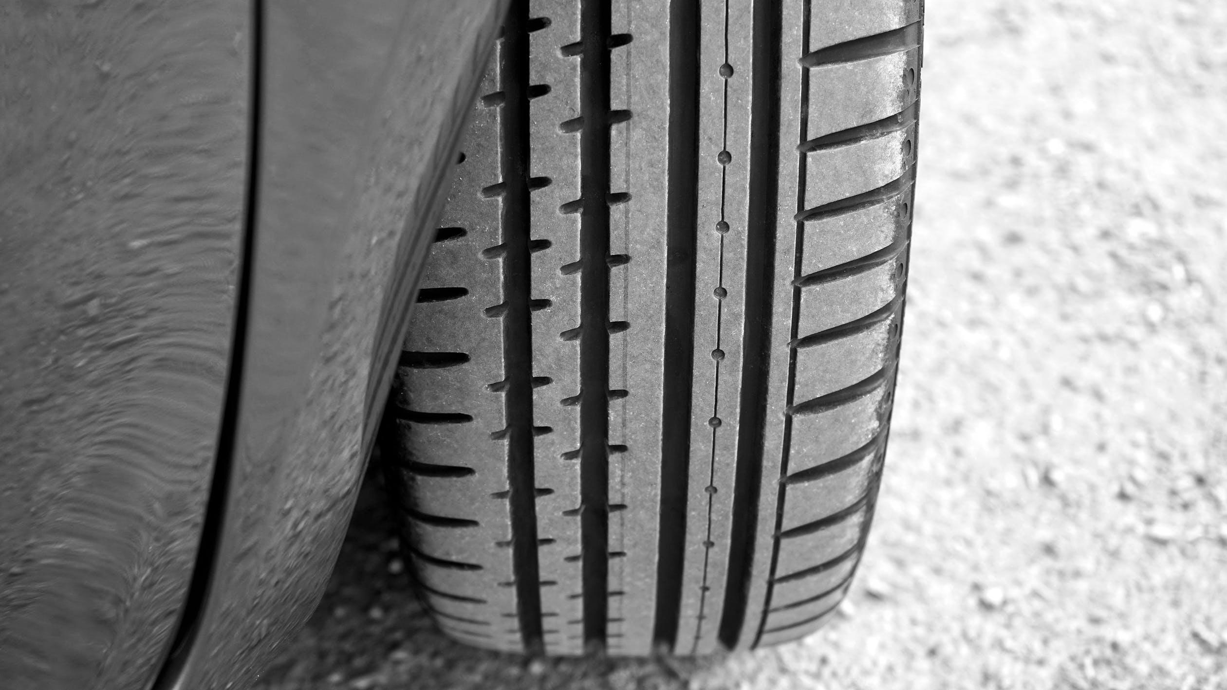 Gros plan sur un pneu de voiture d'occasion en bon état